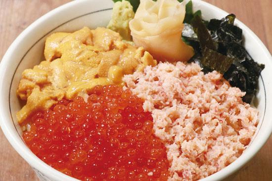 目利きの銀次のおすすめ海鮮丼・北海三種丼(紅ズワイ・いくら・ウニ)/テイクアウト可・デリバリー可